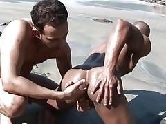 deux beaux mecs sur chilling plage